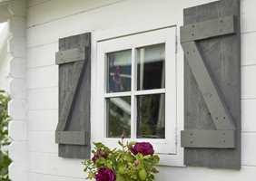 Utvendig oppussing av huset ble gjort med rester fra hovedhuset, ettersom familien hadde både maling og takpapp liggende. I tillegg har en nevenyttig bestefar laget postkasse og lemmer ved vinduene, og det ble montert belistning rundt døren, søyler og dekorative