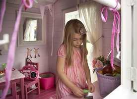 - Foreldrene håpet at Catharina skulle bruke lekestuen mye, og det gjør hun virkelig! Når venninnene kommer på besøk, iler de inn i huset og styrer og ordner fælt, sier Brenne.