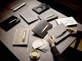 Betjeningsplater i metallfargene messing, rødt gull eller sort krom gir betjeningsplaten et ekstra elegant preg.