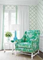 <b>GRØNT:</b> Sommerlig og lett – og en deilig, innbydende stol trukket i et lekkert, mønstret tekstil fra Thibaut/Green Apple. Tapetet er fra samme kolleksjon.