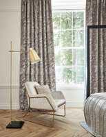 <b>LESEDRØM:</b> Stol trukket i et elegant, deilig tekstil og lange, fôrede gardiner som demper for støyen og mykner opp interiøret – hva mer kan man ønske for en god lesekrok? Tekstiler fra Harlequin/Tapethuset.