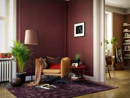 <b>LUNT:</b> Med mørke, matte farger, deilig teppe på gulvet, puterog pledd i stolen og en bok foran deg, er alt lagt til rette for en perfekte kveld. Veggfarge fra Beckers.