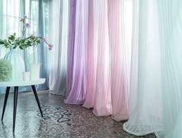 <b>LETT OG DOBBELT:</b> Lette tekstiler i dobbel bredde stenger for innsyn og demper akustikk. (Foto: Green Apple)