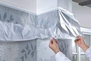 <b>HJELPEREN: </b>Maler du et sted, er det alltid noe i nærheten som ikke skal males. Bruk smarte tildekkingshjelpemidler for å sikre deg mot søl. Easy Cover er en elektrostatisk plastfilm med tape langs siden som enkelt lar deg dekke til vegger og møbler.
