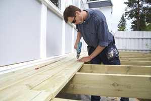 Terrassen din er sannsynligvis bygget av impregnert trelast. Det betyr at veden kan inneholde en del væske etter at terrassen står ferdig.