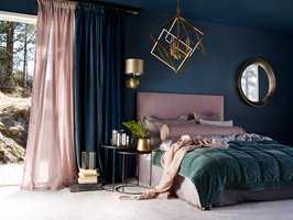 <b>INNSLAG:</b> Med innslag av det rosalilla på soverommet, er det bare å krype til sengs og slappe av. Her sammen med blått, som Fargerike kåret til årets farge for 2018. (Foto: Fargerike)