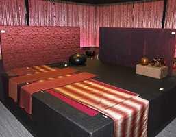 Sterke røde og lilla innslag, striper og metalliske innslag i tekstilene.