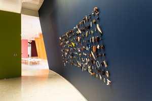<b>IMPONERENDE:</b> En samling forarbeider ble vist som et eget kunstverk mot den blå veggen. Hver del forteller sin historie om håndlag og formsans av stort format.