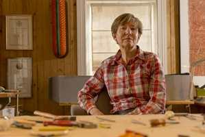 <b>LIV BLÅVARP:</b> Hun er en av vår tids mest kjente smykkekunstnere, kjent for sine store, håndlagde og fargesterke smykker i tre.