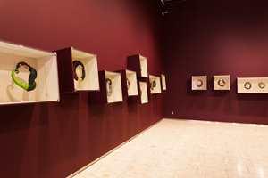 <b>SAMSPILL:</b> Det fine samspillet mellom veggfarger og smykkekunsten ga utstillingen en ekstra dimensjon.