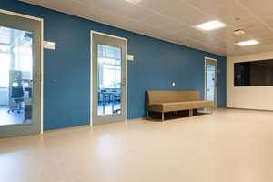 <b>FARGER:</b> Det var lite farger i det «gamle» bygget. Det som var la føringene for fargene i nybygget. Der er korridorer, nisjer, garderober og toaletter fargesatt med tildels sterke farger.