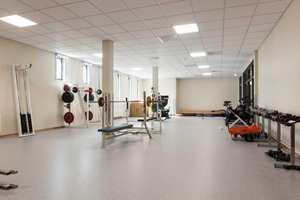 <b>STYRKE:</b> I styrkerommet ved siden av den nye gymsalen er det vinyl på gulvet og malte vegger. En liten detalj i tre er gulvlisten i eik.