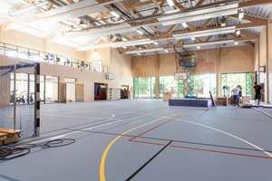 <b>MYE TRE:</b> Den nye gymsalen er tidsriktig med vegger av finér.