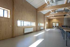 <b>TRE OG VINYL:</b> Galleriet over gymsalen er romslig og luftig, på gulvet er det lagt et 2 mm homogent vinylgulv, det samme som i trapper og klasserom.