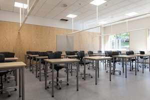 <b>LAKKERT:</b> De nye klasserommene har en fondvegg av finerplater. Platene er påført 3 strøk matt klarlakk.