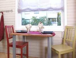 Spisebordet er rett og slett en benkeplate som det er montert ben på. Dette skaper en fin sammenheng, og kan også brukes som ekstra benkeplass.