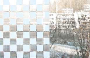 Sollyset slipper inn, men skjemmende utsyn og innsyn stoppes effektivt. Foto: Chera Westman/ifi.no