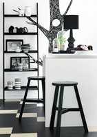 <b>STRAMT</b> Fliser lagt i mønster i det gjennomførte sort-hvite interiøret; Marmoleum Click fra Forbo Flooring. (Foto: Forbo Flooring)