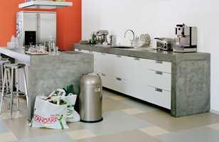 <b>DISKRETE RUTER</b> Tre, dempede farger lagt i store og små ruter gir et diskret mønster i det barske kjøkkenet. Fra Forbo Flooring, Marmoleum Click. (Foto: Forbo Flooring)
