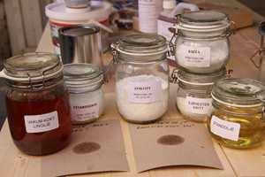 <b>LINOLJE: </b>Linoljemaling består av naturlige ingredienser. (Foto: Robert Walmann/ifi.no)