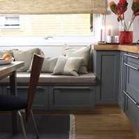 En sittebenk med lagringsplass gir maksimal utnyttelse av plassen. Benken fikk samme farge og beslag som kjøkkeninnredningen.
