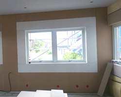 Listefritt er en trend, og spesielt ved bygging av hus i moderne stil ønsker mange rene linjer uten å bruke lister. I tak går dette rimelig greit, men rundt vinduer er listefri løsning forbundet med mye jobb og etterarbeidskostnader. Her er endelig en nyhet som løser problemet.