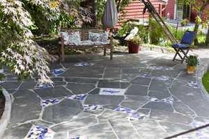 <b>VELKOMMEN:</b> Fliskunst inspirert av spansk mosaikk skaper liv i hagen!