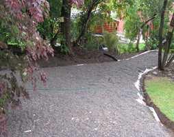 <b>FØR:</b> Uteplassen ga et veldig grått inntrykk, med singel i store deler av hagen.