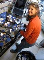 <b>KREATØREN:</b> Designer Siv Amundsen-Lack fester mosaikkbitene til skiferhellene.
