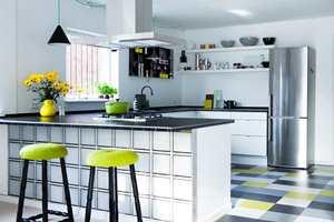 <b>MARMOLEUM:</b> Med hvitt og grått som basis kan man slippe seg løs med fargeklattene. Noen få fliser i limegrønt er alt som skal til for å gjøre kjøkkengulvet litt muntert. Marmoleumflisene er fra Forbo. (Foto: Forbo Flooring)