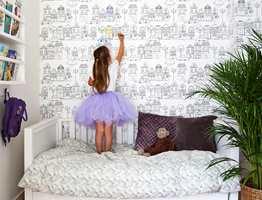 """Innred barnas rom på deres premisser, men la interiøret allikevel henge sammen med resten av boligen. Med tapeter fra Fionas nye kolleksjon """"Little World"""", er det enkelt å få et stilrent rom med avdempede farger som fortsatt er lekent og personlig."""