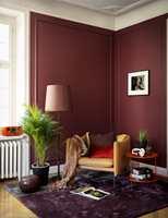 <b>MØRKT:</b> Dype, mørke rødfarger er takknemlige å jobbe med, og skaper et elegant, lusuriøst uttrykk. Veggen er malt i Mood Velvet Color fra Beckers, i fargen Impulsiv 864.
