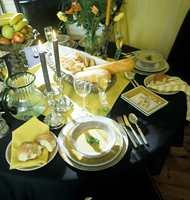 Dette er bordet for nytelse. Med duker i mange lag, rause stoffservietter og glass og service i gammel stil blir dette en oppdekking for en riktig livsnyter.