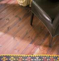 Gulvet er i furu og behandlet med farget olje. Oljen er påført i flere omganger for å få ønsket dybde i fargen.