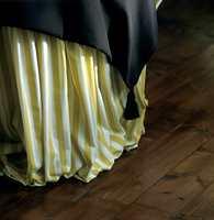 Bordet er raust innhyllet i rynker. Til dette bordet på 120 i diameter går det vel 6 m stripete stoff. Overduken er dobbel, påsydde dusker gir det lille ekstra.