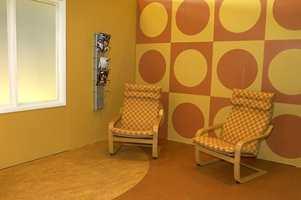Friskit og dristig: En malt gul vegg matchende med en tapetsert fondvegg og det minst like matchende gulv - linoleum sammensatt av to varianter.