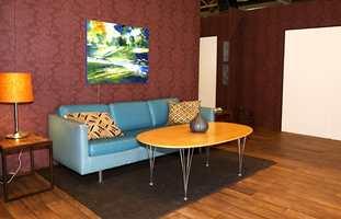 En klassisk tapet er tatt fram igjen, men fargen er ny. Sofaen er i frekk turkis. Nå blandet 50-tall og pop-art med de klassiske varianter.