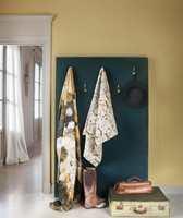 <b>NABOER:</b> Andre farger som klinger godt sammen er nabofarger på fargesirkelen, slik som gul og grønn. Disse avstemte tekstilene og tapetet er fra Lizzo/Green Apple. (Foto: Green Apple)