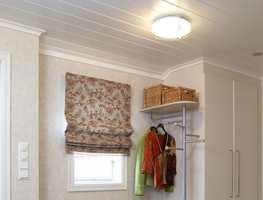 Med hvitmalt tak (halvblank, farge 0502Y), og lyse vegger ble gangen helt ny!