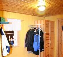 Gulnet furu i tak og gulv sammen med gulmalt furu på veggene gjorde denne gangen mørk og trist.