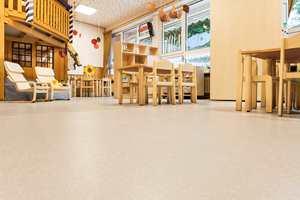 <b>TRYGGE BARN:</b> Noras nye gulv består også av naturgummi. Denne gummien er anbefalt brukt i helse- og utdanningssektoren.