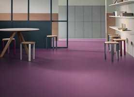 Et gjennomtenkt valg av farge på vegger, gulv og tak kan resultere i lavere strømregning. Fargenes evne til å reflektere lys varierer, og en tilstrekkelig LRV-verdi gjør behovet for kunstig belysning lavere.