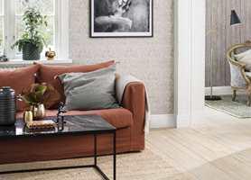 <b>LUNT:</b> Med varme toner, tre på gulvet, teppe og lunende tekstiler, er det deilig å slå seg ned etter en lang dag. (Foto: Borge)