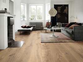 <b>TRE:</b> Vi er glad i naturmaterialer som luner på gulvet. Tregulv kombinert med tepper, gir et uttrykk mange vil trives med. (Foto: Pergo)