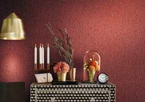 <b>VARMT:</b> Varme farger bidrar uten tvil til å skape en lun atmosfære i stua. Et tapet med tekstur tilfører liv til veggen. (Foto: Fantasi Interiør)