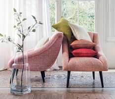 <b>MER ENN MØBLER:</b> Velger du store og polstrende møbler, vil de være med på å dempe akustikken i rommet. (Foto: Green Apple)