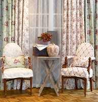 Gamle stoler og puter kan få nytt liv med nytt trekk. Benytte gjerne det samme tekstilet på møbler og puter som på gardinene.