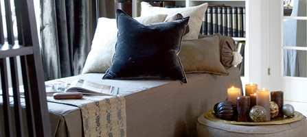 I mange år har tekstilene spilt en beskjeden rolle i kombinasjon med nøytrale vegger. Nå er trenden i ferd med å snu. Meter på meter med blomster, striper, volum og tekstur tilfører interiøret varme og velvære.