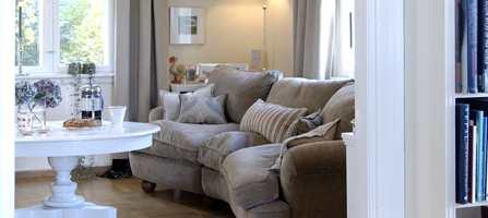 Lyse og hvite toner med hint av gult kan sammen med lys, tekstiler og materialer gi et klassisk og lunt inntrykk.