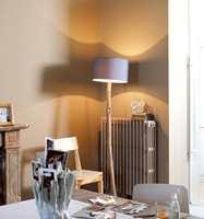 En matt og dunkel veggfarge luner, samtidig som blå og hvite innslag gjør at rommet ikke